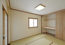 明るい内装に一新させ、押入れと仏間だった部分は繋げて収納スペースにしました。