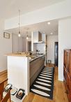 新調したシステムキッチン(クリナップ)は、無垢床と雰囲気を合わせてウッド調の...