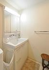 洗面化粧台は陶器の大型ボウルが使いやすい、TOTO/サクアを採用。三面鏡で小物の...