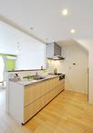 階段下に壁付けされていたキッチンは対面式(TOTO/ミッテ)へ変更。リビングから...