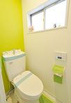 トイレは節水タイプのTOTO/ピュアレストQRに。床はクッションフロアでお掃除がし...