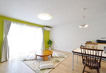 店舗の土間は、床のレベルを上げ、壁・天井のクロスを刷新することで、リビング・...