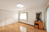寝室を和室から洋室へ大変身、水まわりもシンプルに