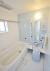 現状の浴室が狭かったため、一部壁を解体し、スペースを広くしてあります。ユニッ...