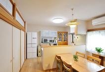 木目が美しいLDK、新しいキッチンで家族が笑顔に