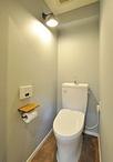 トイレは床材と壁紙の組み合わせを数パターンから選びぬきクールな雰囲気に。アン...