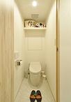 トイレはタンクレスタイプのTOTO/ネオレストDHに取替え。壁紙は洗面室と合わせて...