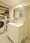 洗面はスタイリッシュなデザインが人気のサンワカンパニー/リンド・ツーに、中が...