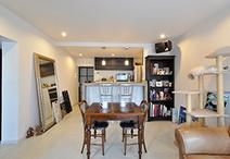 キッチン側面の壁を取り除き開放的になったリビングダイニング。シンプルな内装に...