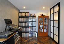 ターンテーブルがあったり、棚にぎっしりとレコードが並ぶお部屋はご主人の趣味部...