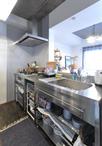 対面キッチンではあるものの閉鎖的な雰囲気が気になるとのご要望から、吊戸棚・垂...
