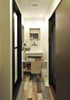 洗面台はシンプルな洗面器だけで良いという要望でしたが、床材をカラフルにインパ...