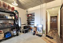 ご主人の趣味でもある、自転車や釣りの道具を保管したり、DIYができる広い土間。...