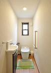 トイレは90代のお祖母様が使いやすいよう寝室の近くに移設。設備機器はお風呂と同...