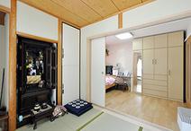 寝室と和室の間の引き戸は、3枚引き戸にして袖壁の一カ所にしまえる仕様に変更。...
