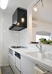 垂れ壁と吊り戸棚を取り除き開放的に生まれ変わったキッチン。背面は出窓の床板と...