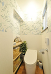 トイレは飾り棚のスペースを可能な限り広げ、グリーンや雑貨を配することでゆった...