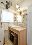 シンプルな洗面ボウルにナチュラルなトーンの素材を合わせた洗面化粧台。天板のみ...