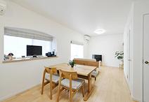 床をナチュラルな色目のフローリングにし、建具も白にして明るい雰囲気のリビング...