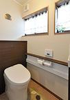 トイレは手洗器付きで背面にキャビネットがあるTOTO/レストパルを選択。床におい...