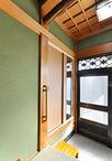 不足していた玄関収納は、長押まで高さを広げ収納スペースをアップ!建具は既存の...