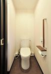 階段を上がった突きあたりにはトイレ(TOTO/ピュアレストEX)を設置。2Fで手洗い...