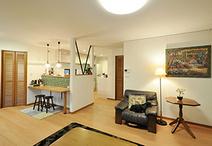 和室、ダイニングキッチン、リビングをつなげ開放的なLDKに。構造上残さなければ...