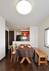 スペースを占領していた食器棚や家電収納はキッチン側に収めることで、スッキリと...