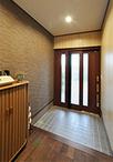 玄関は開口が広がるように開き扉から2枚引き戸(LIXIL/エレンゼPG)に取替え。壁...