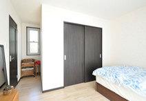 1F部分の居住スペースが無くなるため、1部屋増築し親世帯の寝室兼収納スペース...