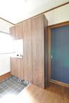 玄関正面にはシューズクロークを設置。南側窓からの光がよく入り、明るい玄関とな...