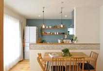 カフェ風のキッチンをイメージし、ピーコックブルーのアクセントクロス、木製の収...