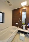 2世帯の全員が使用する浴室は、TOTO/サクア(1畳タイプ)断熱材構造の魔法瓶浴...