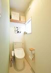 一面の壁をグリーンのアクセントクロスとしたナチュラルなトイレ。TOTO/ピュ...