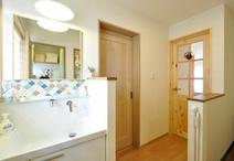 廊下の一角に設置した洗面化粧台は、ボウル部分のみTOTO/オクターブを使用し...