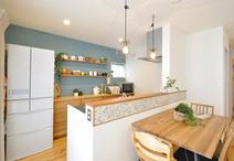 キッチンのアクセントクロスや見せる収納飾り棚、腰壁のモザイクタイルなどカフェ...