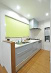 物置になっていた和室にキッチンを移動して対面式に。システムキッチンは人気のク...