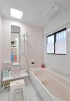 浴室は1坪にサイズを広げ、ピンク色の暖かい色合いのユニットバス(TOTO/サザナ...