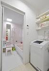 モノで溢れていた洗面脱衣室は、洗面化粧台(TOTO/サクア)と洗濯機をしっかりと...