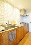 桜材にて製作されたオリジナルキッチン。(※キッチン本体、背面収納、タイルは ...