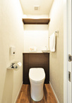背面の手洗いがシックで上品なトイレ(TOTO レストパル)を採用し、向かって右側...