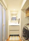白を貴重とした清潔感のあるシンプルな洗面室。洗面化粧台とミラーキャビネットの...