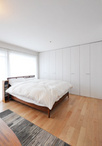 収納力抜群の壁一面クローゼットを造作した主寝室。フローリングは他の部屋と同じ...
