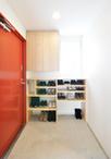 既設のポスト受けをいかすように、集成材でオープンな棚板を造作。上部は扉付きの...