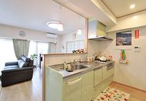 ライムカラーの爽やかな対面キッチンは、クリナップ/ラクエラ(I型2400)。背面...