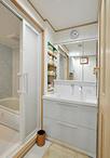 横幅が狭く、収納も少なかった洗面室。ユニットバスの向きを変えることでできたス...