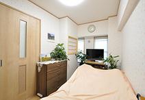 寝室は淡い花柄のクロスで可愛らしい癒し空間に。内障子窓は玄関とつながっていて...