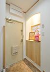 「寝室は狭くなっても玄関を広くしたい」との思いから、収納を寝室側に食い込ませ...