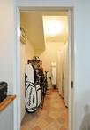 納戸は湿気対策に通風口を上部に造作。隣り合わせた和室の欄間から空気が流れるよ...