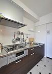 システムキッチンは、LIXIL/シエラ(I-2200)。吊り戸棚を撤去したり、夫婦ふた...